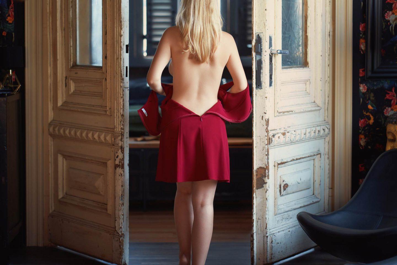Girlfriend Escort Model Valentina mit nacktem Rücken