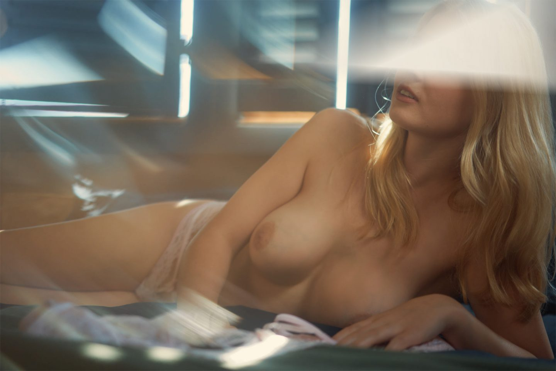 Girlfriend Escort Model Valentina auf dem Bett