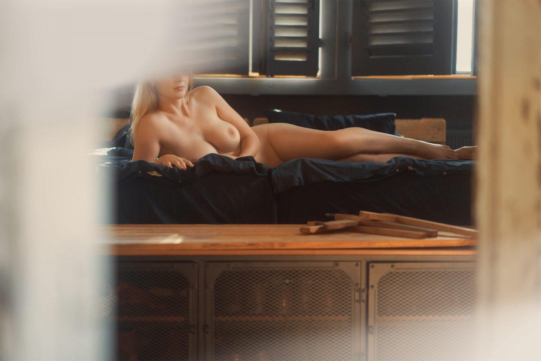 Girlfriend Escort Model Valentina nackt auf dem Bett